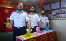 Cảnh sát biển bầu cử sớm trên tàu giữa biển khơi