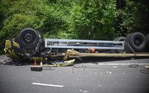Xe tải đổ đèo Cù Mông tông lan can lật ngửa, 2 người chết