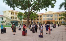 1 học sinh mắc COVID-19, 57 thầy trò mang hành lý đi cách li tập trung