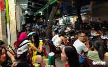 TP.HCM: Hàng quán đông đúc bất chấp lệnh cấm tụ tập đông người