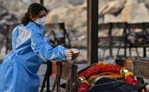 Ấn Độ lại tăng hơn 300.000 ca COVID-19, Anh tăng tốc tiêm vắc xin