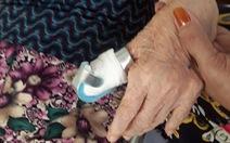 Tài xế chuyển cấp cứu làm đứt ngón tay bệnh nhân 80 tuổi?