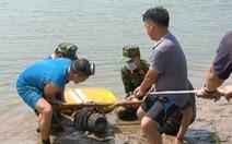 Trục vớt trái bom 250kg ngay ở bến thả hoa trên sông Thạch Hãn