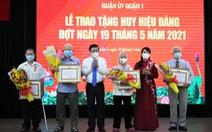 Chủ tịch UBND TP.HCM trao huy hiệu cho đảng viên lão thành