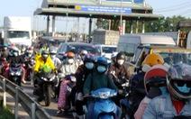 Vũng Tàu về Sài Gòn kẹt xe, liên tục xả trạm thu phí trên QL51