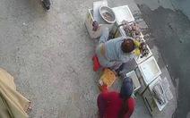 Video: Người phụ nữ vờ hỏi mua sò rồi trộm tiền của người bán hàng