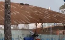 Gió mạnh, tôn bay như giấy trên đường Lý Thường Kiệt, TP.HCM