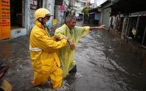 Mưa trắng trời, người dân TP.HCM lại lội nước giữa trưa