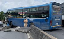 Xe khách tông sập 3 dải phân cách, xe ùn ứ dài 3km trên quốc lộ 1