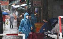 Dầm mưa khoanh vùng, truy vết người liên quan ca COVID-19 ở TP.HCM