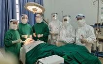 Êkip bác sĩ TP.HCM đến khu cách ly phẫu thuật bệnh nhân gãy xương hàm