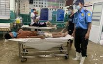 Mưa 3 tiếng, bác sĩ bệnh viện ở Hóc Môn xắn quần lội nước khám bệnh