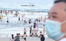 Ngoài phố Đà Nẵng dân mang khẩu trang kín mít, ở biển nhắc mới đeo