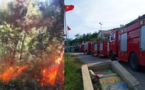 Cả trăm người đang dập lửa cứu rừng thông cháy trong nắng nóng