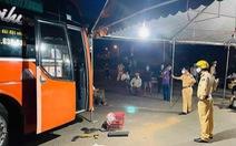 Bắt khẩn cấp lái xe khách tông vào lán của chốt kiểm dịch
