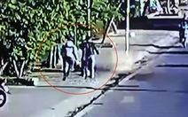 Xử lý 2 người đàn ông hành hung nữ lao công