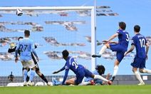 Thua ngược Chelsea, Man City chưa thể lên ngôi vô địch