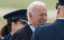 Ve sầu 'quấy rầy' ông Biden, phá hỏng chuyến bay của nhóm phóng viên Nhà Trắng