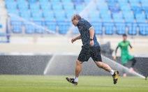 Tình huống hài hước: Ông Park bỏ chạy sau khi hệ thống nước tại sân bóng kích hoạt