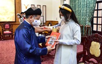 Chủ tịch Thừa Thiên Huế mặc áo dài dẫn học sinh tham quan trụ sở