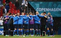 Cầu thủ Đan Mạch và Phần Lan trở lại sân, trận đấu tiếp tục sau ít phút