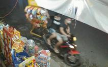 Video: Hai thanh niên trộm bánh của tiệm tạp hóa ở Hóc Môn