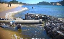 Doanh nghiệp nuôi tôm xả thải đen cả một vùng biển, địa phương nói không biết