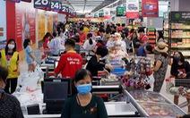 Nhân viên bán hàng đối mặt với nguy cơ lây nhiễm COVID-19