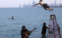 Tài xế nhảy xuống hồ 365 ngày liên tiếp để xả stress vì dịch COVID-19