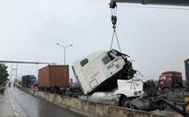 Giao thông khu vực cầu Phú Mỹ tê liệt vì tai nạn xe container
