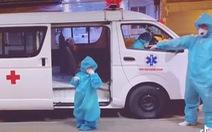 Bé gái 'F0' 5 tuổi ngoan ngoãn lên xe đi điều trị COVID-19 nhói lòng người