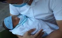 Bé trai sơ sinh bị bỏ rơi trong giỏ nhựa gần khu công nghiệp