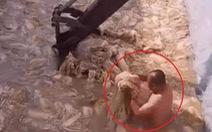 Video sốc một người đàn ông trần truồng làm kim chi, dân Hàn 'nghỉ ăn' kim chi Trung Quốc