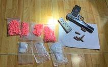 Bắt 2 nghi phạm mua bán ma túy luôn thủ súng quân dụng