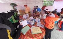 Người khai báo y tế ở chốt cầu Đồng Nai xong được gửi về địa phương liên hệ cách ly