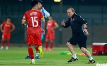 Ông Park hướng dẫn tuyển thủ kỹ thuật kèm người