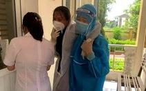 Nữ điều dưỡng ngất xỉu vì lấy mẫu xét nghiệm COVID cường độ cao