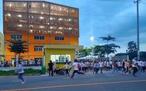 Công nhân xô cổng ở Bàu Bàng được vận động trở lại nhà máy để xét nghiệm