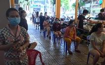 Đội nắng 30 phút xếp hàng, nhiều người được siêu thị phát phiếu hẹn đến 22h