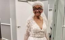 Chờ 70 năm để diện váy cưới trắng tinh