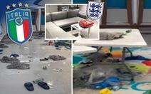 Phòng thay đồ của tuyển Ý sau trận chung kết với Anh đầy rác, quần áo và chai bia