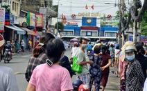 Xếp hàng dài cả trăm mét để mua thức ăn ở cửa hàng thực phẩm, siêu thị lưu động