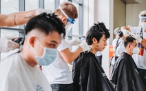 Nghệ sĩ vừa cắt tóc, vừa hát phục vụ y bác sĩ: 'Bệnh viện nào cần, hãy gọi chúng tôi'
