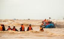 Người hùng trên biển Cửa Việt