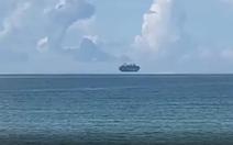 Tàu hàng cả ngàn tấn 'lơ lửng' trên mặt biển ở Trung Quốc