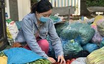 Bà con Quảng Ngãi gom rau góp thịt đưa lên xe gửi vào TP.HCM