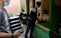 Indonesia phát thức ăn cho bệnh nhân COVID-19 cách ly tại nhà