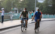 Hà Nội 'ngày đầu ở nhà': Có nơi người dân vẫn câu cá, đạp xe