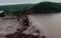 Vỡ đập ở miền bắc Trung Quốc, nước lũ nhấn chìm đồng ruộng