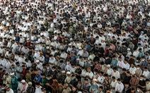 Hàng ngàn tín đồ tôn giáo tụ tập ở Indonesia, ca nhiễm cộng đồng tăng nhanh ở Singapore
